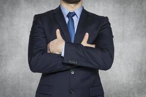 Geschäftsmann auf dem grauen Hintergrund