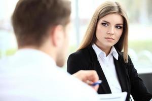 Gesicht der schönen Frau auf dem Hintergrund der Geschäftsleute foto