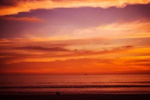 rötlicher Strandsonnenuntergang foto