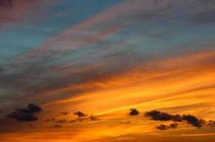 herrlicher gestreifter Sonnenuntergang foto