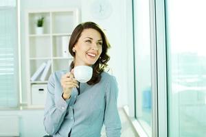 hübsches Mädchen mit Tasse foto