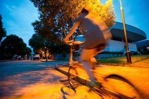 junge Frau, die nachts Fahrrad fährt foto