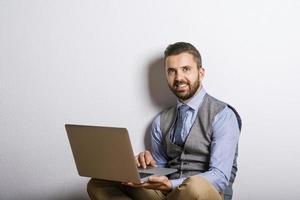 Hipster Geschäftsmann mit Laptop foto