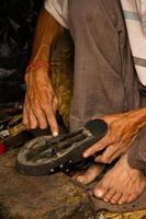 Hände reparieren Schuhe, Kathmandu, Nepal foto