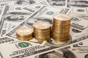 Münzen von ukrainischen Griwna und Dollar foto