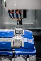 CNC-Fräsmaschine für die Metallbearbeitung. foto