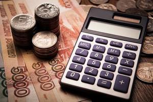 Handvoll russische Rubel mit Taschenrechner foto