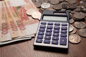 Handvoll russische Rubel mit Taschenrechner