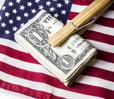 Geld auf amerikanische Flagge foto
