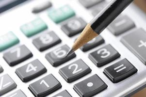 Finanzbudgetberechnung mit Bleistift foto