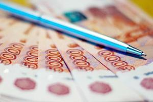 russisches Geld und Stift foto