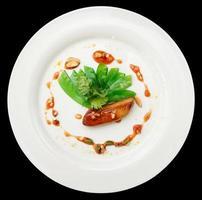 Gebratene Foie Gras mit Karamell und Gemüse, isoliert foto