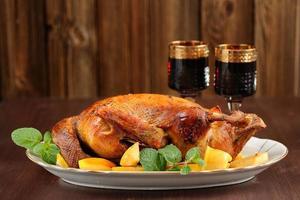 Gebratene Ente mit Quitte, Minze und Rotwein foto