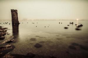 nebliger Sonnenaufgang auf dem Wasser foto