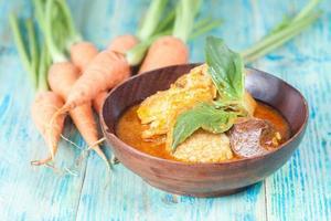 Ente in scharfem und würzigem Curry, beliebtes thailändisches Essen foto