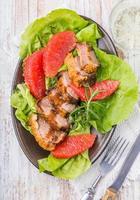 Gebratene Entenbrust mit Salat und Grapefruit foto