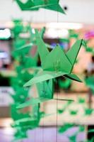 Origami-Kraniche hängen an einem Faden foto