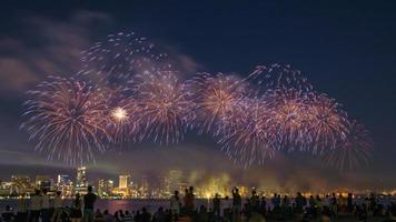 Menschenmenge beim Feuerwerk foto