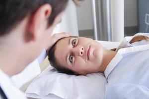 Frau bekommen eine Tomographie foto