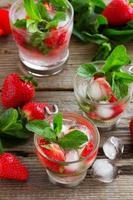 Sommergetränk (Mojito) Erdbeer- und Minzeis. foto