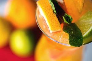 erfrischende Limonade mit Orangen und Minze auf Holztisch foto