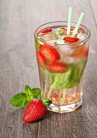 Erdbeer-Mojito-Sommercocktailgetränk foto