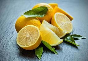 frische Zitrone auf schwarzem Stein foto