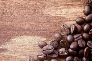 Kaffeebohnen auf Holzhintergrund foto