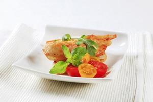 Hühnerfleisch und knuspriges Brot foto