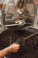 frisch geröstete Kaffeebohnen in einem Kaffeeröster foto