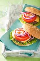 Burger mit Rinderpastetchen-Käse-Salat-Zwiebel-Tomate foto