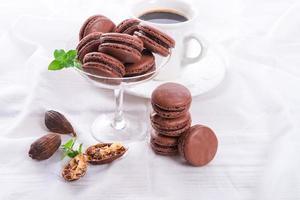 Schokoladen-Macarons mit Kardamom foto