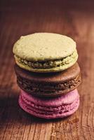 hausgemachte Macaron-Kekse auf dem Tisch, Makro-Nahaufnahme foto