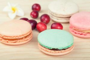 traditionelle französische Macarons mit Preiselbeeren foto