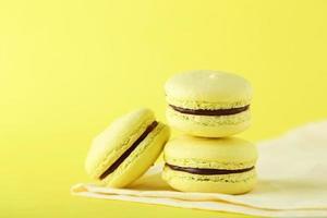 französische Macarons auf gelbem Hintergrund foto