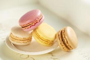 Macarons auf einem kleinen weißen Teller foto