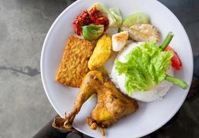 Mahlzeit Paket indonesisches Essen gebratener Reis nasi goreng foto