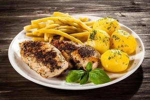 Brathähnchenbrust und Gemüse foto