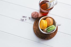 Macarons auf weißem hölzernem Hintergrund, geringe Schärfentiefe foto