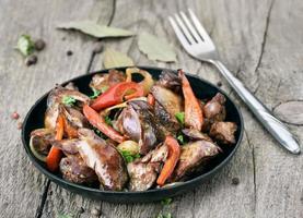 gebratene Hühnerleber mit Gemüse foto