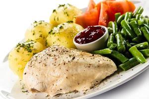 gekochtes Fleisch und Gemüse foto