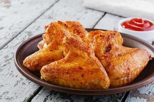 gebratene Hühnerflügel auf einem Teller foto