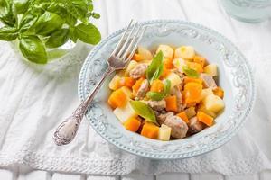 Fleisch mit Kürbis und Kartoffeln gedünstet