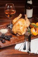 Gebratenes Huhn gefüllt mit Pflaumen foto