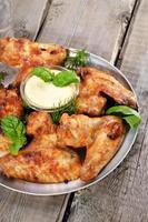 gebratene Hühnerflügel mit Sauce