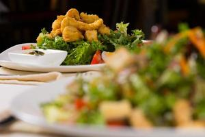 leckeres gebratenes Hühnerfleischgericht auf Salat foto