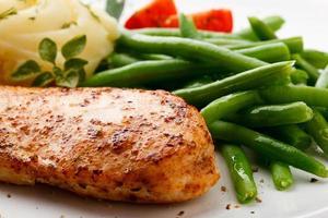 Gegrilltes Hähnchenfilet und Gemüse foto