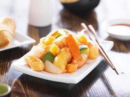 chinesisches süß-saures Huhn mit Stäbchen foto