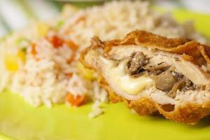 paniertes Huhn gefüllt mit Käse und Pilzen foto