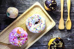 Schokoladendonut und süße Donuts foto